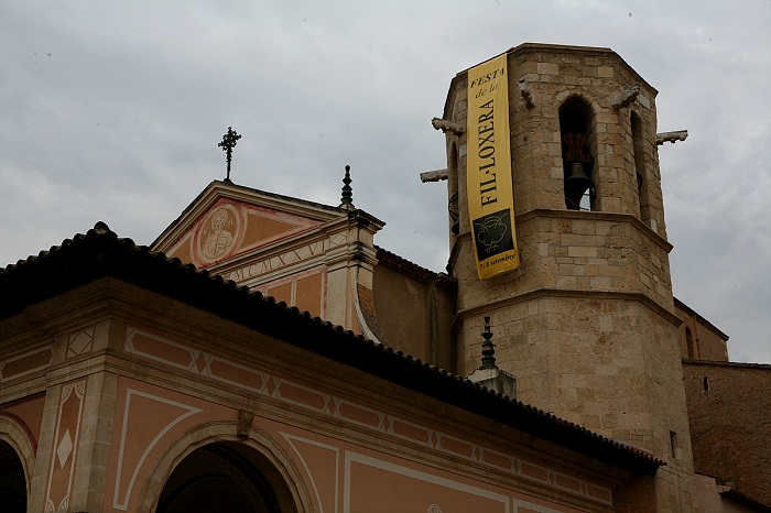 Cava의 본고장  St Sadurni 마을의 팔각탑, 뿌리 진디가 조각되어 있다.jpg