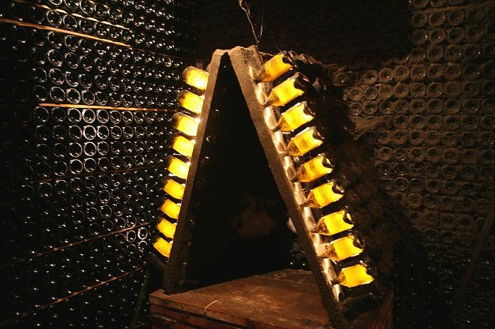 지하에서 샴페인과 같은 방식으로 숙성되고 있는  Cava (2).jpg